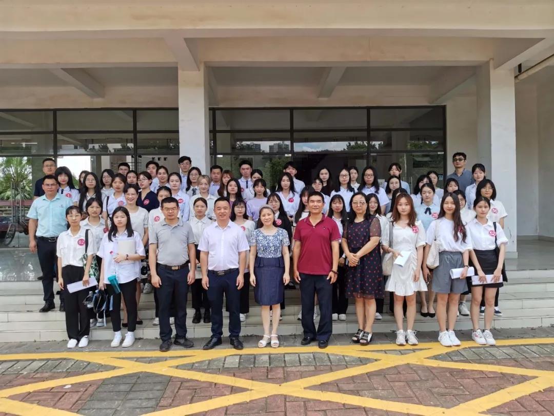 校领导与全体学生合照