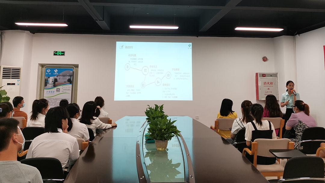 在一起校企部曾老师为我们讲解职业心态和礼貌礼仪的宣讲